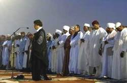 Gaddafi_in_prayer